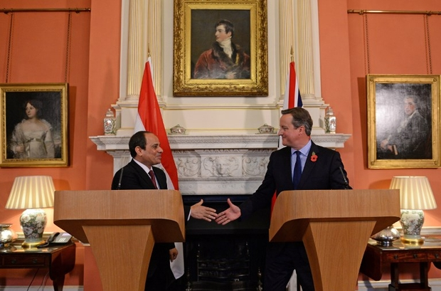 British Prime Minister David Cameron and Egyptian President Abdel Fattah al-Sisi during a press conference after their meeting inside 10 Downing Street in London on 5 November 2015 (AFP)