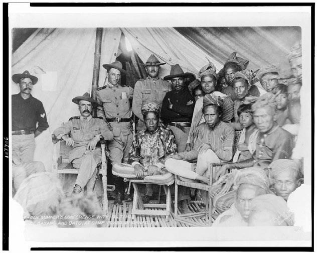 الجنرال الأمريكي صمويل سومنر مع سلطاني بايانغ وأواتو- الفلبين- 1902 (الصورة من مكتبة الكونغرس)