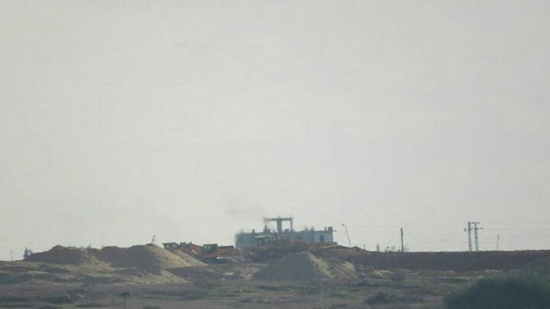 الجيش المصري ينشئ سواتر رملية على حدود غزة