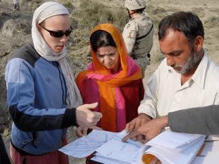 موظفة من الوكالة الأمريكية للتنمية الدولية تعمل مع نظرائها الأفغان (الصورة: ميشيل باركر، الوكالة الأمريكية للتنمية الدولية)