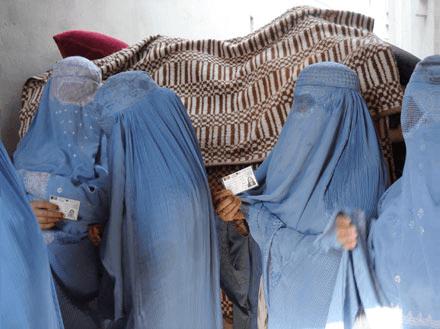 نساء أفغانيات ينتظرن في طابور استعدادا للتصويت في الانتخابات المحلية