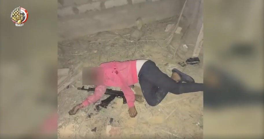 صورة تظهر تلفيق وضعية السلاح لمن تم تصفيتهم جسدياً