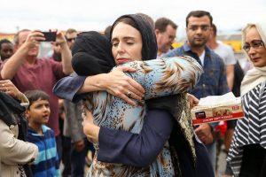 رئيسة وزراء نيوزليندا تعانق إمرأة مسلمة