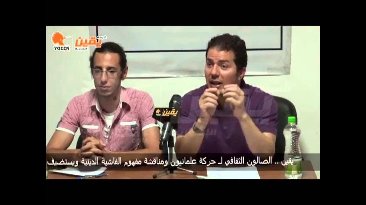 حامد عبد الصمد خلال محاضرته في يونيو 2013م، ويجلس بجانبه أحمد سامر أحد مؤسسي حركة (علمانيون)