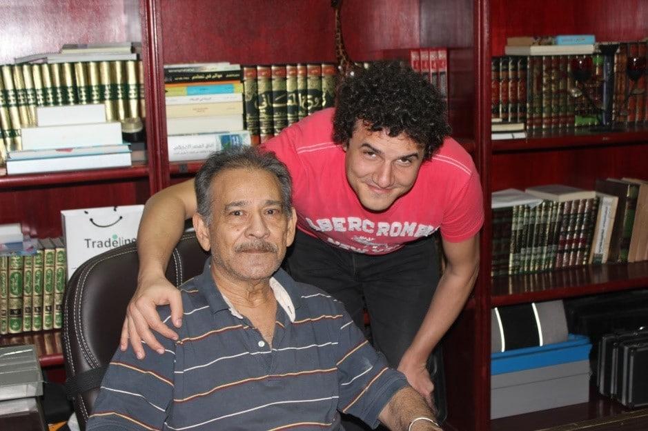 صورة لأحمد حرقان مع سيد القمني أثناء تصويره لمقابلة معه عام 2015م